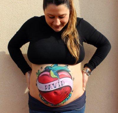 Belly painting para embarazada con sesión de fotos de recuerdo de La que pinta en Barcelona con dibujo de corazón