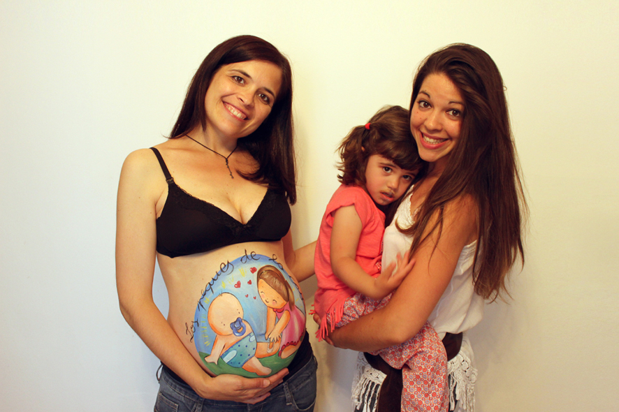 Belly painting con dibujo de hermanitos