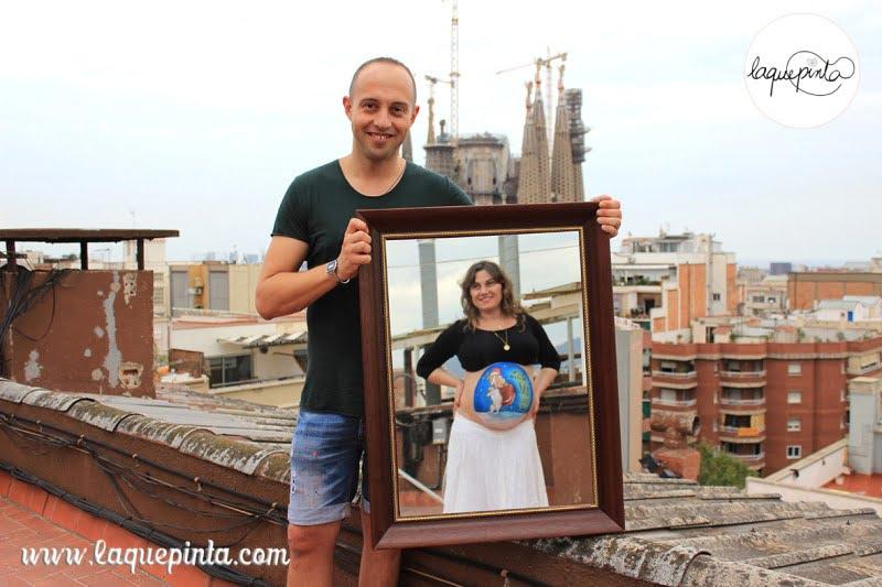 Body painting para embarazadas con dibujo en la barriga y sesión de fotos de recuerdo de La que pinta, en Barcelona, Por Navidad.
