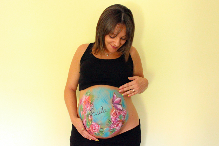 Belly painting con rosas y mariposa