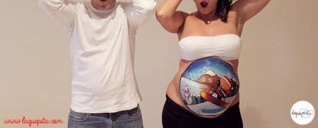 Body painting para embarazada con dibujo de bebé en la nieve haciendo snowboard a domiclio con sesión de fotos de La que pinta