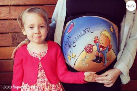 Barriga de embarazada pintada por La que pinta con dibujo del principito, servicio a domicilio con sesión de fotos de La que pinta