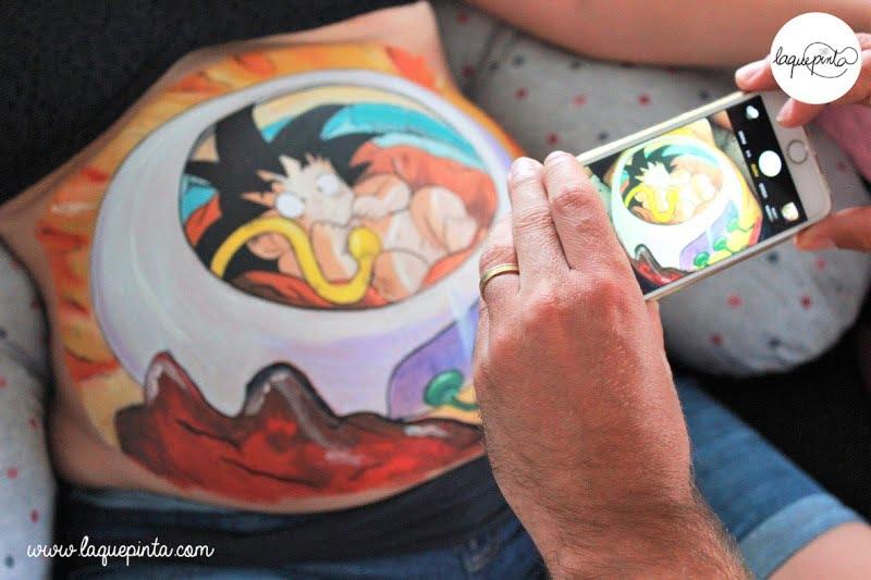 Body painting para embarazada de La que pinta con dibujo de Son Goku bebé de La que pinta en Barcelona