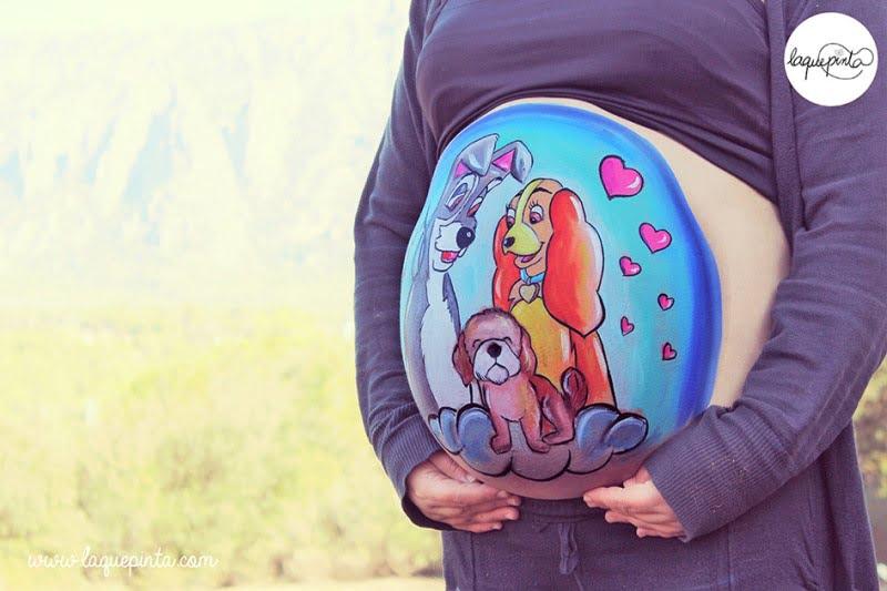 Body painting para embarazada con barriga pintada con dibujo de cigüena y bebé de La que pinta con barriga pintada con dibujo de La Dama y el Vagabundo de La que pinta en Barcelona