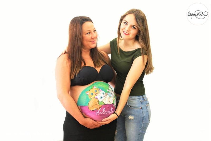 Body painting para embarazada con barriga pintada con dibujo de cigüena y bebé de La que pinta con barriga pintada con dibujo de bebés gatitos de La que pinta en Barcelona