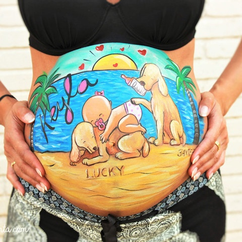 Belly painting de perritos y bebé en la playa