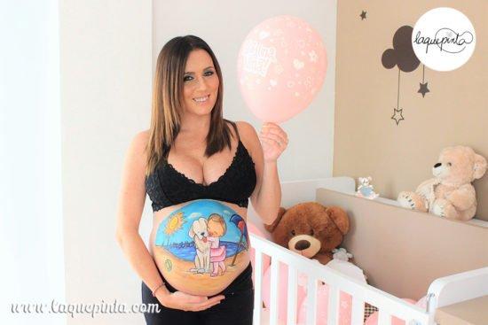 Body painting para embarazadas con dibujo en la barriga y sesión de fotos de recuerdo de La que pinta, en Barcelona y a domicilio.