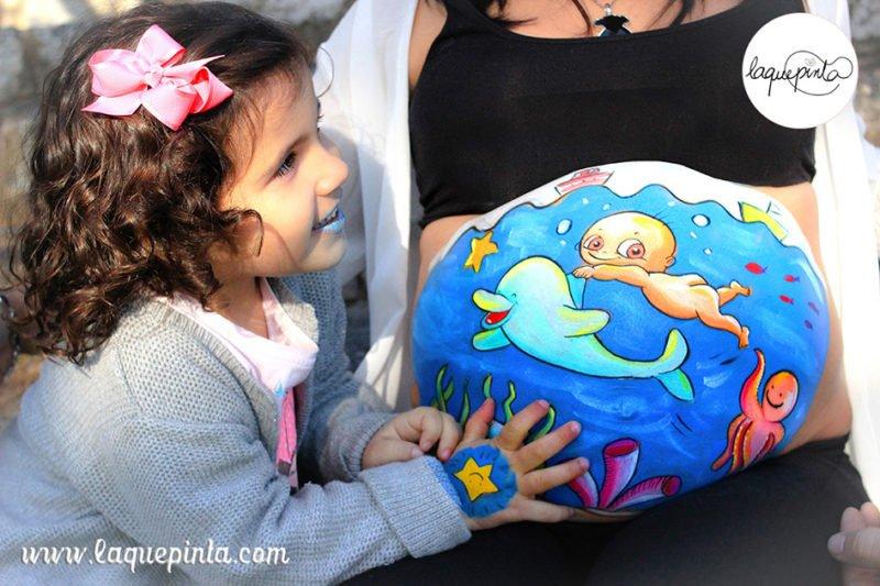 Belly painting a domicilio con dibujo 100% personalizado y sesión de fotos de recuerdo de La que pinta en Barcelona.
