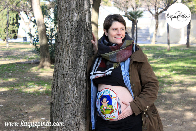 Body painting para embarazadas a domicilio con dibujo 100% personalizado y sesión de fotos de recuerdo de La que pinta en Barcelona.
