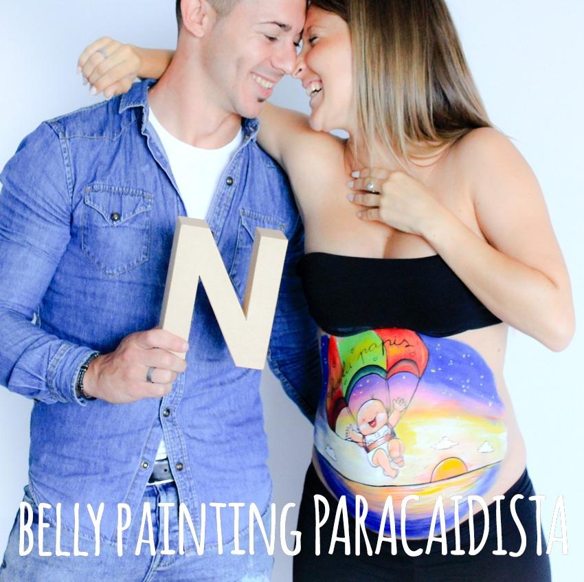 Sesión de belly painting a domicilio con dibujo en la barriga de la embarazada 100% personalizado de bebé y perrito con tatoos de amor de madre y amor de padre, de La que pinta en Barcelona.