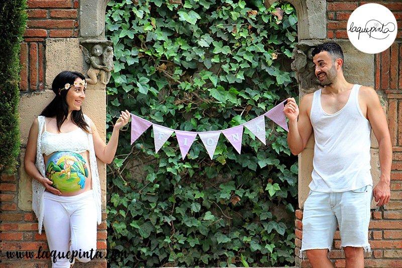 Sesión de belly painting a domicilio con dibujo en la barriga de la embarazada 100% personalizado de bebé bailando Hi Hop con su mascota encima de un radio cassette de La que pinta en Barcelona.