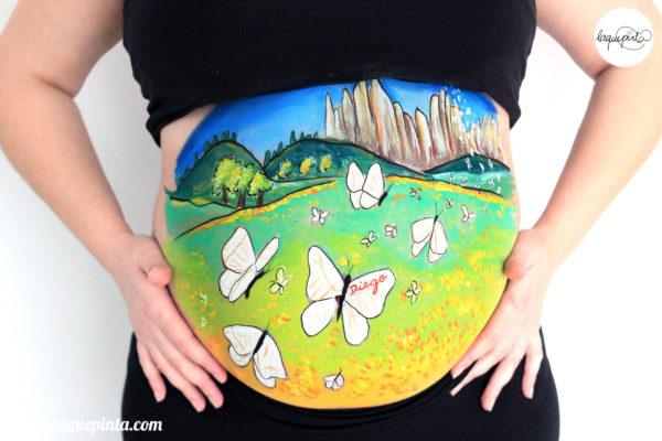 Belly painting 100% personalizado con dibujo de bebé montañero con su mascota de La que pinta en Barcelona. Sesiones a domicilio con fotos de recuerdo del embarazo. Más en www.laquepinta.com info@laquepinta.com