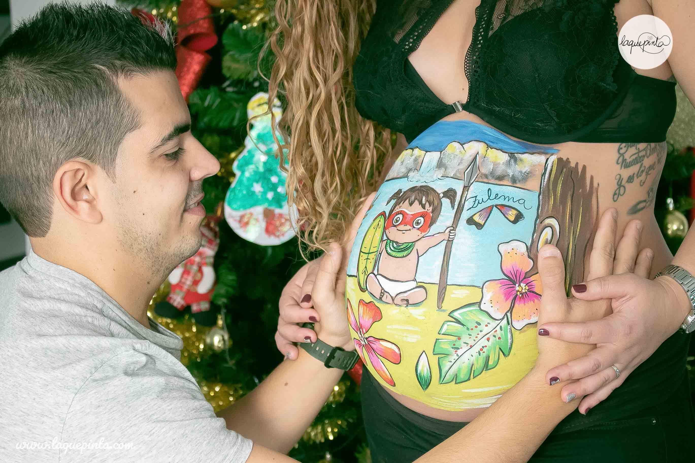 Belly painting de bebé amazona en la selva