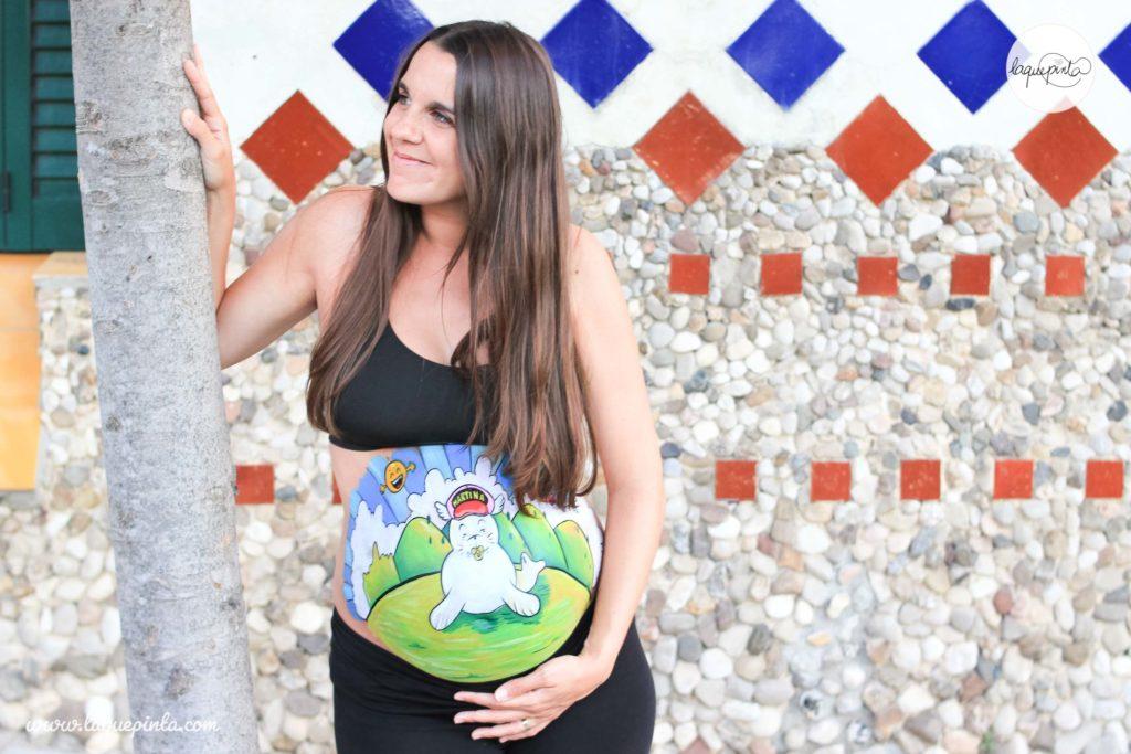 Belly paint premamá con dibujo del mundo pintado a mano por La que pinta en Barcelona con pinturas inocuas y fotos de recuerdo de La que pinta en Barcelona