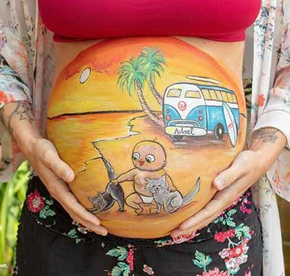 Belly painting de bebé y sus gatos en una playa de Menorca