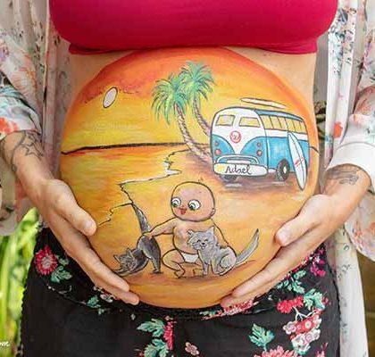 Belly painting de bebé y sus gatos en una playa de Menorca